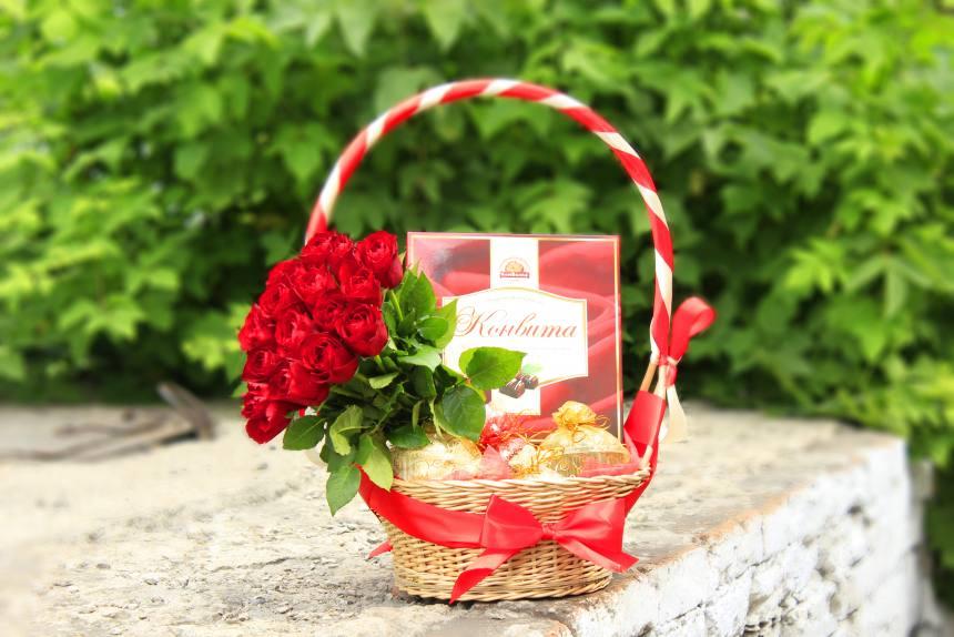 Корзинка сладостей 1,920 кг с цветами